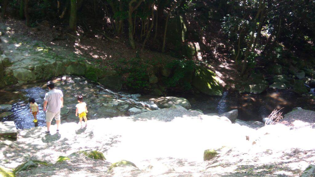 福岡 家族でキャンプ 初心者 一本松キャンプ場 水遊び 小川